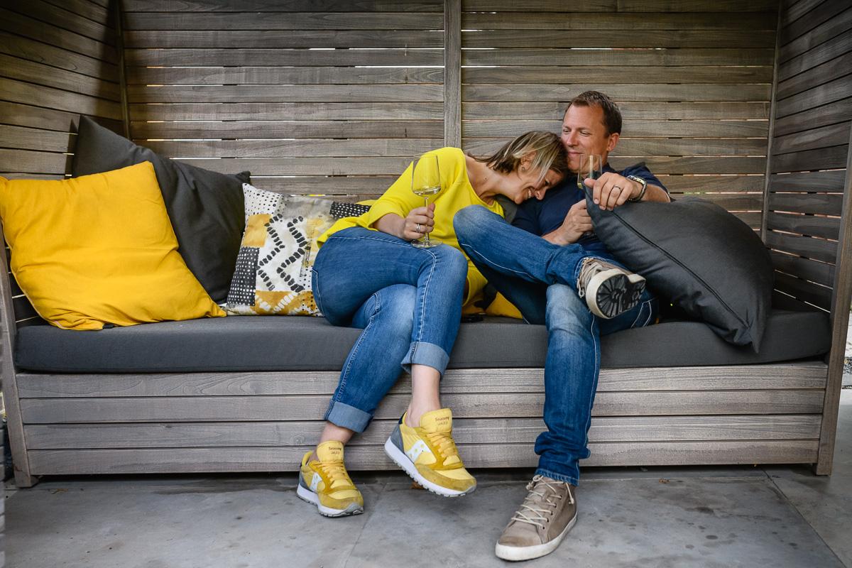 Familiefotografie Voorburg; Na de drukke dag, lekker relaxen met elkaar onder genot van glaasje wijn. foto Sandra Stokmans Fotografie