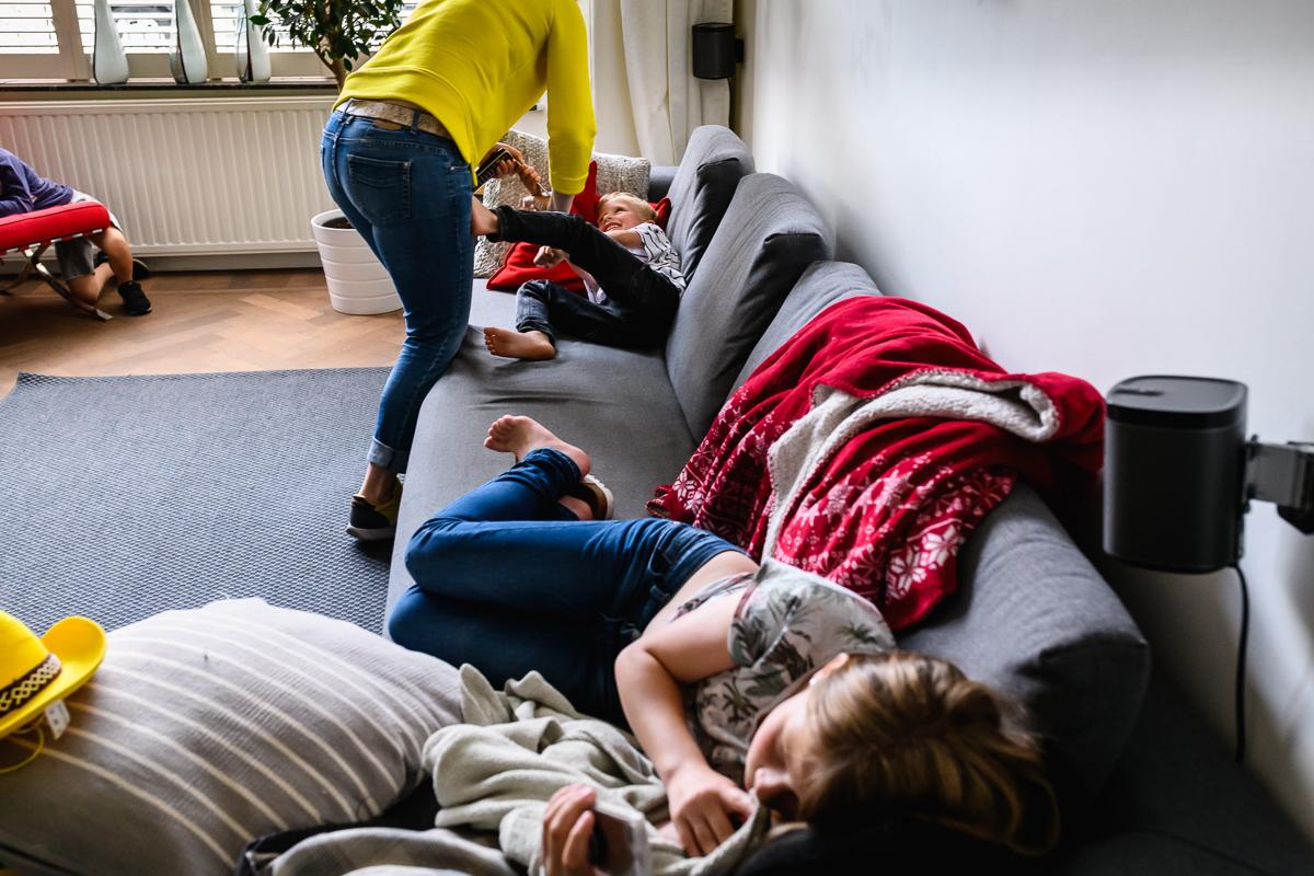 Het is tijd om rustig op de bank te chillen ... nou rustig?! Familiefotografie Voorburg door Sandra Stokmans Fotografie