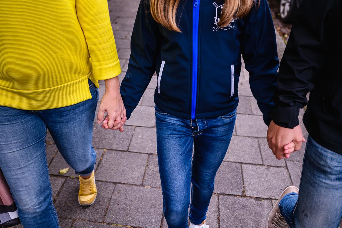 Hand in hand naar de markt in voorburg lopen. Familiefotografie Voorburg door Sandra Stokmans Fotografie