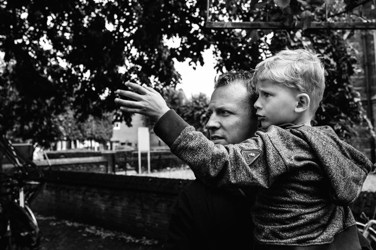 Familiefotografie Voorburg, tijdens wandeling centrum Voorburg mooi vader-zoon moment. Foto door Sandra Stokmans Fotografie