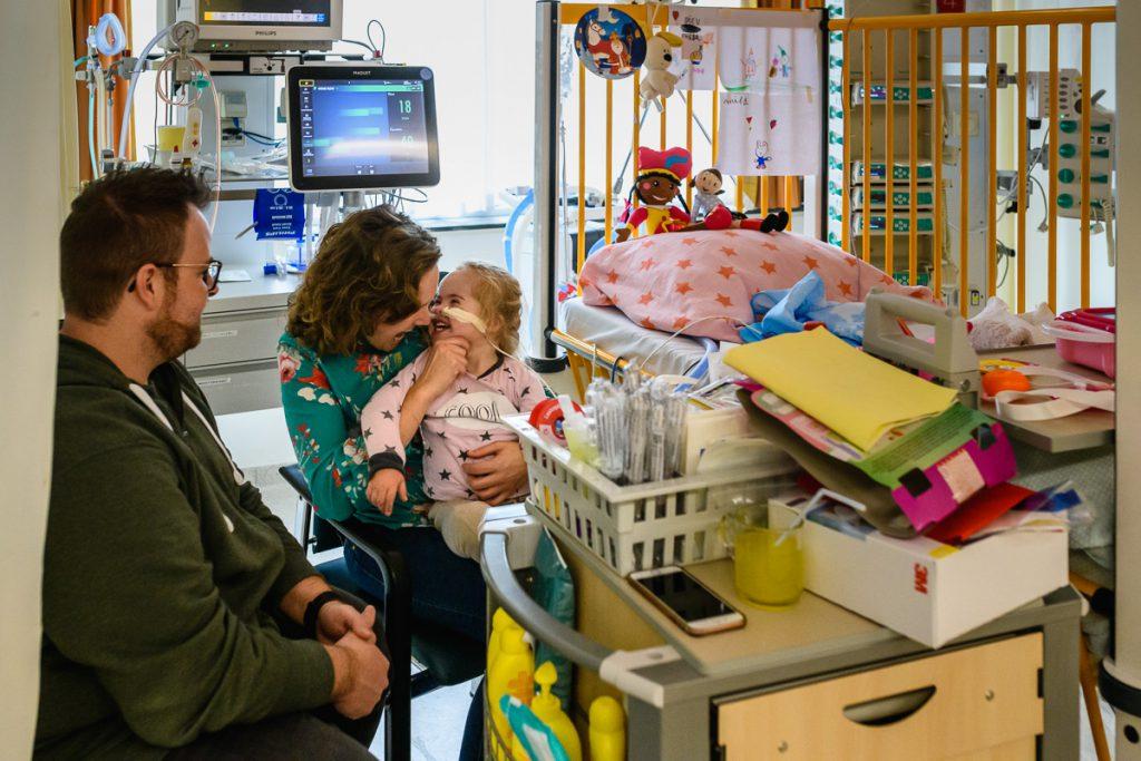 Ziekenhuisreportage van hartenkind, meisje met Down, ligt op de IC van het Wilhelmina Kinderziekenhuis in Utrecht, foto door Sandra Stokmans Fotografie