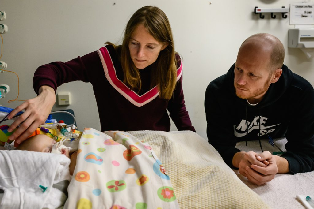 Zorgfotografie, documentaire fotografie van Hartekind baby na openhartoperatie in de ICU bij het WKZ te Utrecht, foto door Sandra Stokmans Fotografie