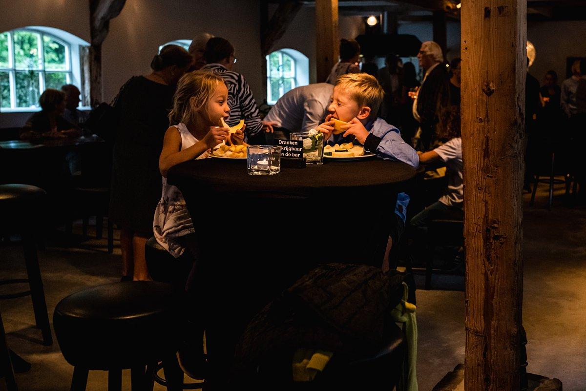 Lekker eten tijdens het jubileumsfeest van Opa en Oma. foto door Sandra Stokmans Fotografie