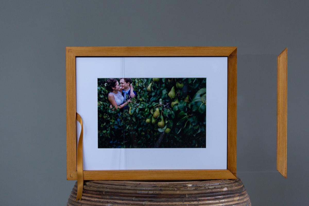 Foto product foto's met passe-partout in een houten doos