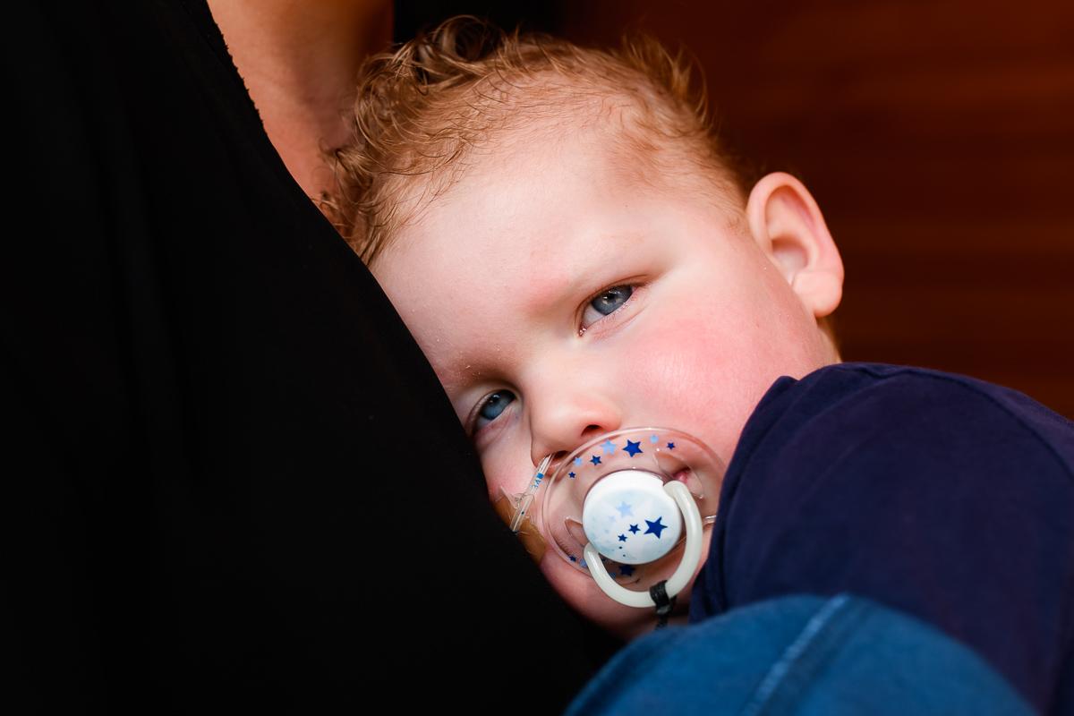 Thuis fotograferen van Day in the Life chronisch ziek kind, gezinsfotografie door Sandra Stokmans Fotografie
