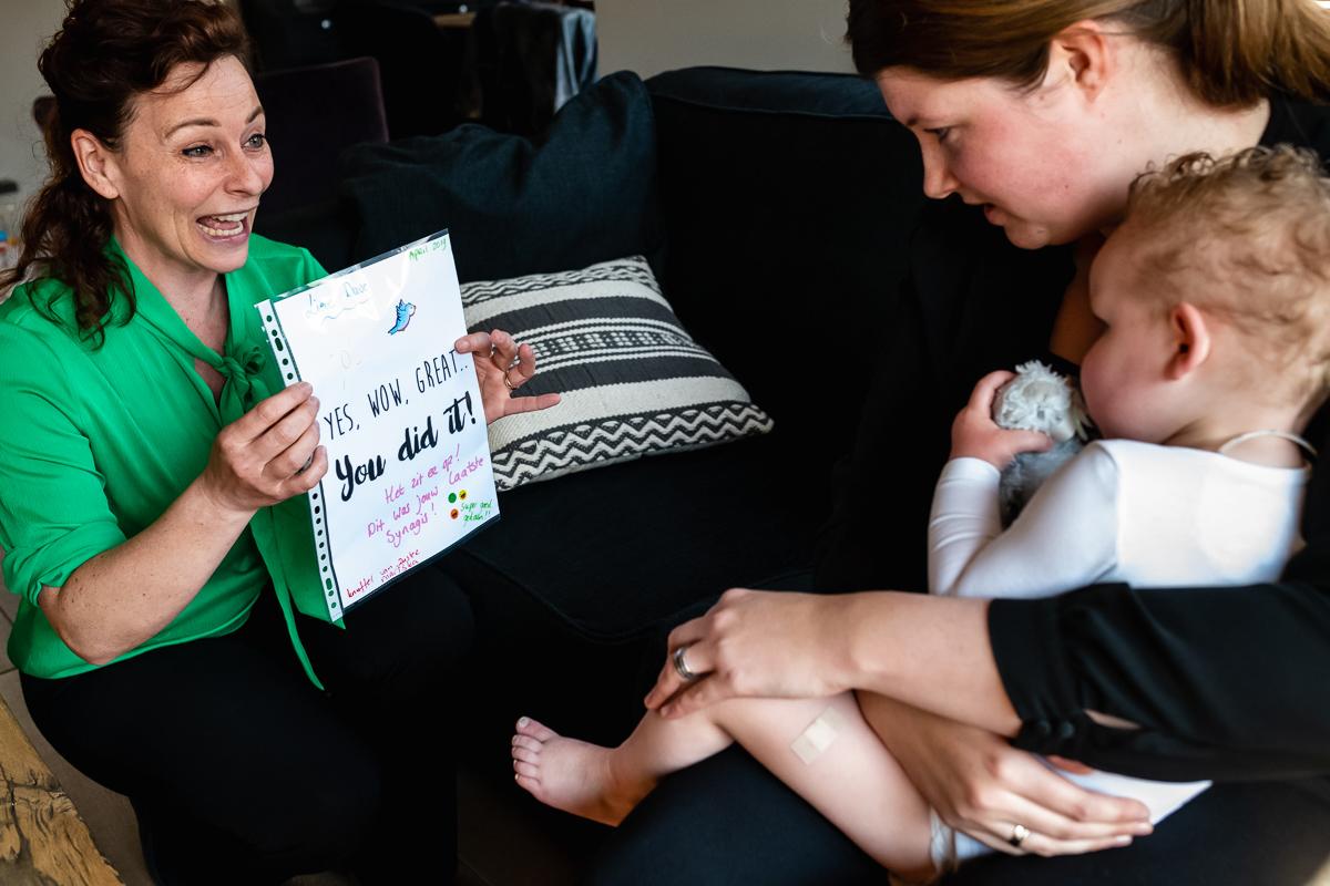 Thuis fotograferen van Day in the Life chronisch ziek kind, kind krijgt diploma voor laatste Synagis prik, gezinsfotografie door Sandra Stokmans Fotografie