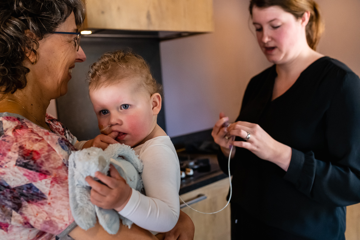 Thuis fotograferen van Day in the Life chronisch ziek kind, moeder geeft sonde voeding, gezinsfotografie door Sandra Stokmans Fotografie