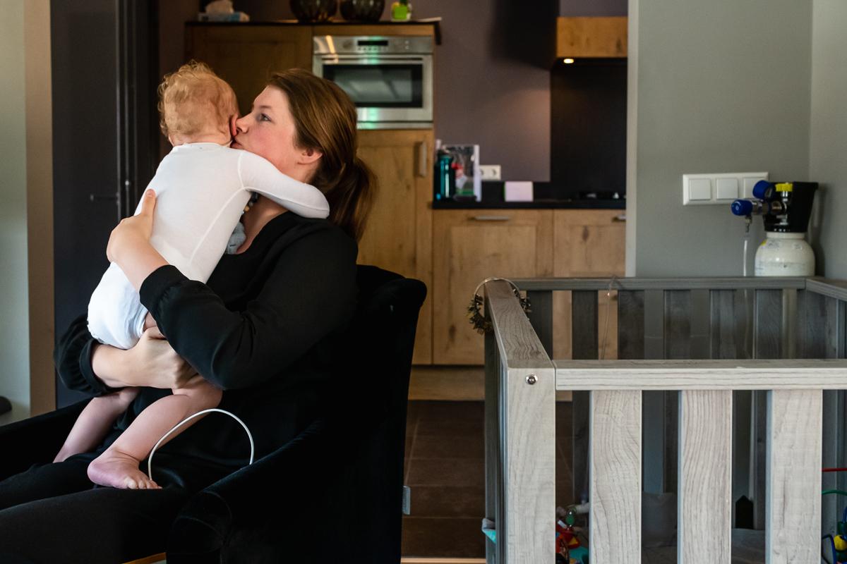 Thuis fotograferen van Day in the Life chronisch ziek kind, moeder troost kind, gezinsfotografie door Sandra Stokmans Fotografie