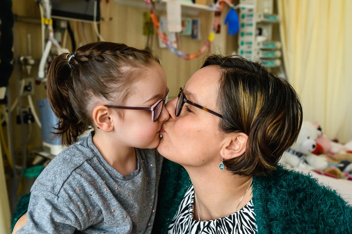 Tijdens ziekenhuis reportage wordt er kus gegeven door Mama, documentaire familiefotografie door Sandra Stokmans Fotografie