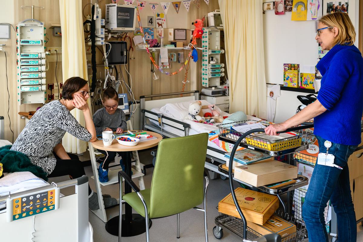 Onderwijs tijdens ziekenhuis reportage met medisch pedagogisch zorgverlener bij het WKZ in Utrecht, documentaire fotografie door Sandra Stokmans Fotografie