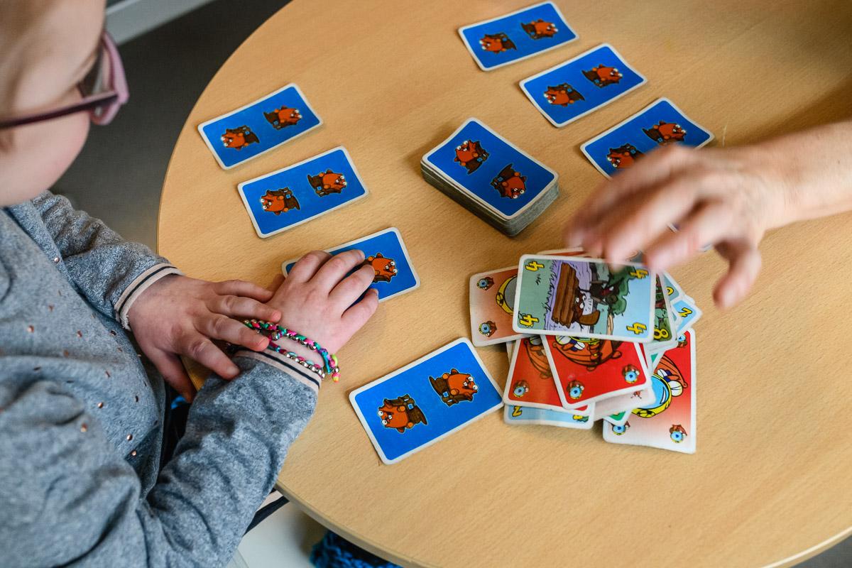 Tijdens ziekenhuis reportage spelletje spelen met Mama, documentaire familiefotografie Sandra Stokmans Fotografie