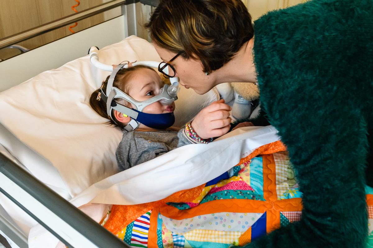 Ziekenhuis reportage, Nienke moet haar middagslaapje gaan doen (IC WKZ). Foto door Sandra Stokmans Fotografie