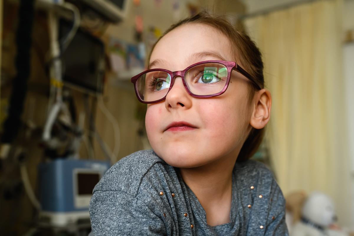 Portret Nienke tijdens de ziekenhuis reportage bij het Wilhelmina Kinderziekenhuis in Utrecht, documentaire familiefotografie door Sandra Stokmans