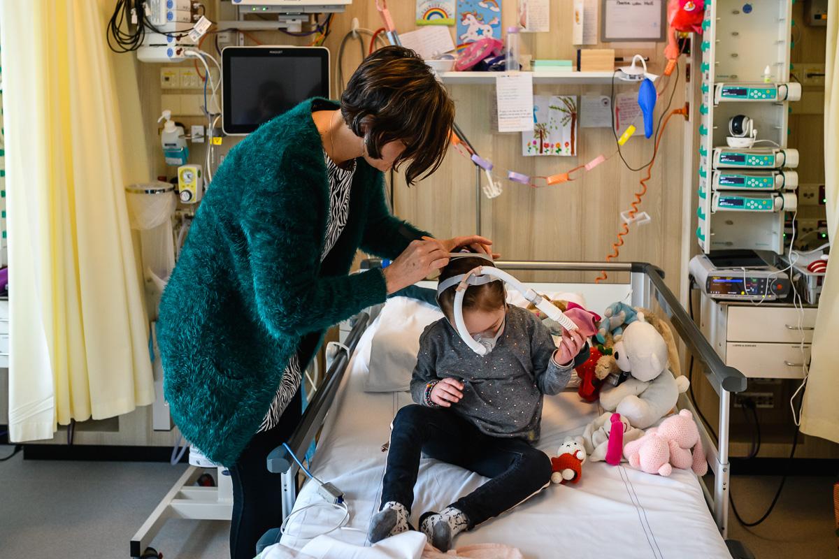Tijdens de ziekenhuis reportage wordt de neuskapbeademing opgezet, documentaire fotografie door Sandra Stokmans Fotografie