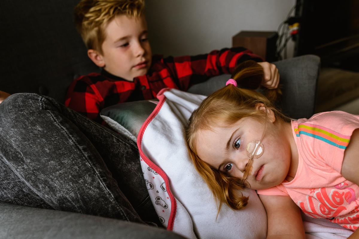 documentaire reportage voor Project Hartekind bij een gezin met meisje met Down die heerlijk met haar broer speelt. Foto Sandra Stokmans Fotografie