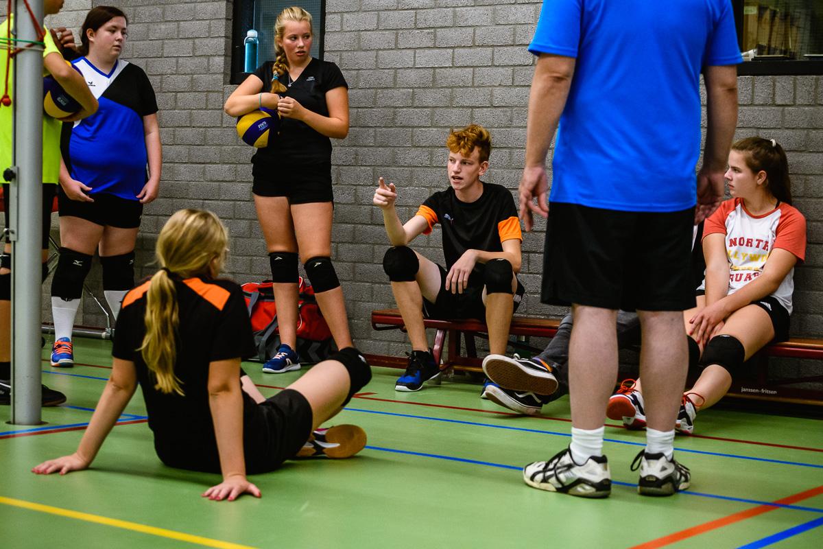 fotoreportage sportactiviteit, aanvoerder spreekt team toe tijdens volleybal training, foto door Sandra Stokmans Fotografie