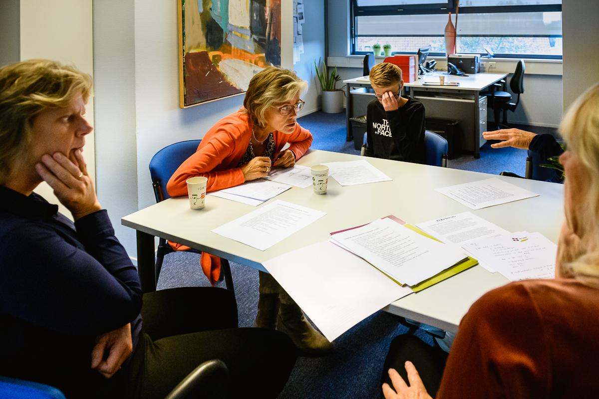 Fotoreportage op middelbare school tijdens gesprek intern begeleider, foto door Sandra Stokmans Fotografie