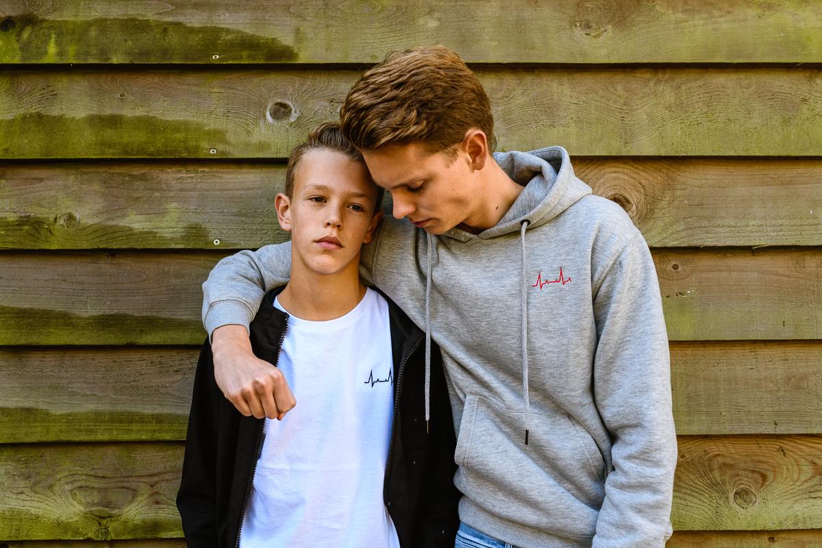 Miles (14) inspireert broer Maarten om zijn eigen bedrijf op te richten, Flatline. Portret broers, foto door Sandra Stokmans fotografie